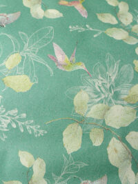Lahjapaperi vihreää ruohopaperia, kuvioaiheena lintuja, perhosia ja lehtiä.